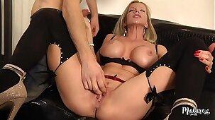 Lara, mature sexy aux gros seins enculée par un jeune