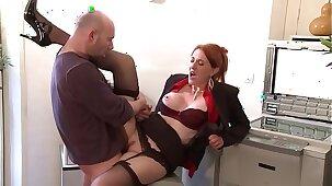 Jeune secrétaire enculée par homme mature.