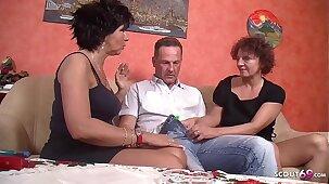 ▶▶ Reife Hausfrauen schnappen Nachbarn zum Dreier Deutsch - German Threesome ◀◀