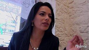 Cosmina, une mature sexy ferait tout pour le plaisir de son mari, même le tromper